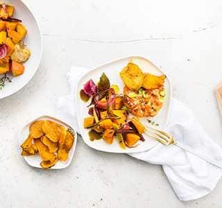 Lachstatar mit Avocado und Gewürzkürbis-Salat