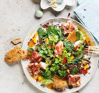 Wildkräuter-Salat mit würzigem Ziegenkäse & Mango-Chili-Dressing