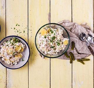 Klassischer Kartoffelsalat mit Mayonnaise und Gurke